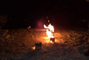 Vi har just tänt våra hemgjorda grillar
