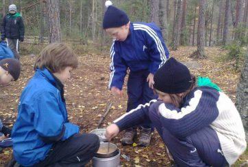 Vanda äventyrsscouter lagar mat på Trangia