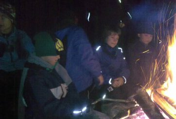 Korvgrillning vid elden